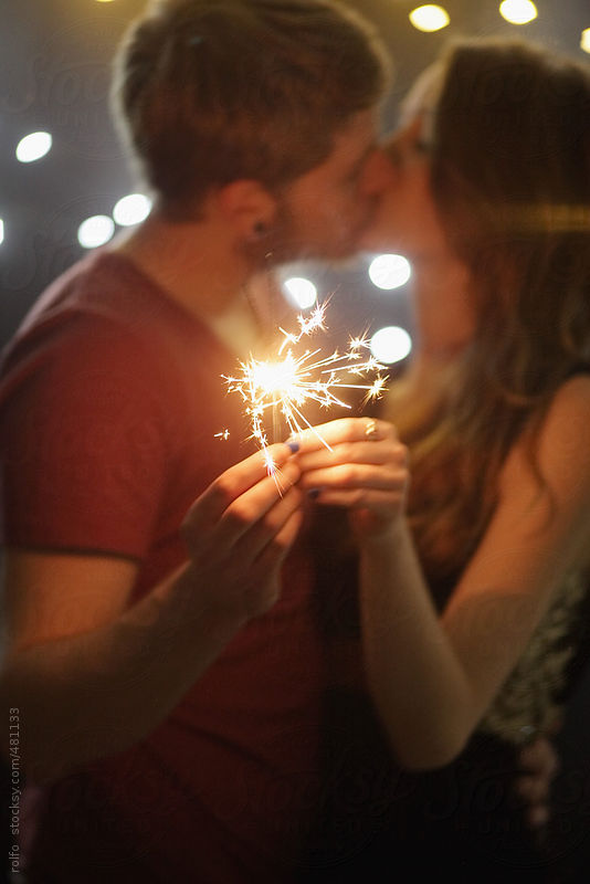 couple kiss sparkler by Rolfo